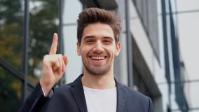 Glimlachende gelukkige studentenmens die eureka-gebaar tonen Portret van jonge denkende nadenkende zakenman die ideeogenblik hebb stock video