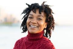 Glimlachende gelukkige vrouw Royalty-vrije Stock Afbeeldingen