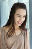 Glimlachende gelukkige vrouw met positieve houding Royalty-vrije Stock Foto