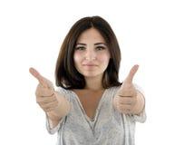 Glimlachende gelukkige vrouw met twee duimen omhoog en kijkend geïsoleerd op w Royalty-vrije Stock Foto