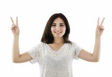 Glimlachende gelukkige vrouw met twee duimen omhoog en kijkend geïsoleerd op w Stock Foto