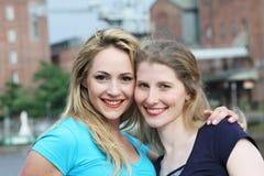 Glimlachende gelukkige vrouwen in stad Stock Foto's