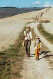 Glimlachende geschikte moeder en dochterreizigers die van promenade genieten royalty-vrije stock afbeeldingen