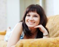 Glimlachende gewone vrouw die op laag liggen royalty-vrije stock fotografie