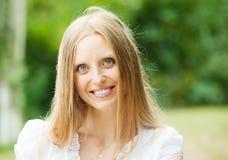 Glimlachende gewone vrouw op middelbare leeftijd stock foto