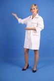Glimlachende gezondheidszorgarbeider die aan haar recht richt Royalty-vrije Stock Afbeeldingen