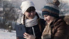 Glimlachende girlfriends do selfie op de berg stock footage