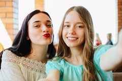 Glimlachende girls do selfie Stock Afbeeldingen