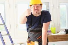 Glimlachende grappige arbeider in gele helm stock fotografie