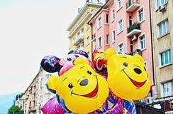 Glimlachende grappige kleurrijke ballonsstraat stock fotografie