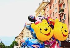 Glimlachende grappige kleurrijke ballonsstraat royalty-vrije stock afbeeldingen