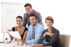 Glimlachende groep jonge businesspeople Stock Foto's