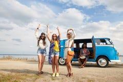 Glimlachende hippievrienden die pret hebben dichtbij minivan auto Royalty-vrije Stock Afbeeldingen