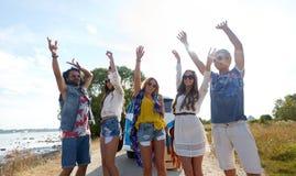 Glimlachende hippievrienden die pret hebben dichtbij minivan auto Stock Afbeeldingen