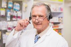 Glimlachende hogere apotheker met hoofdtelefoon Royalty-vrije Stock Foto