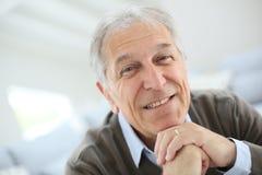 Glimlachende hogere mens thuis Royalty-vrije Stock Foto's