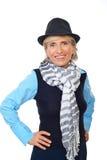 Glimlachende hogere vrouw met hoed stock foto