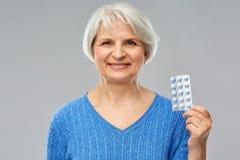 Glimlachende hogere vrouw met pak pillen royalty-vrije stock fotografie
