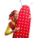 Glimlachende huisvrouw met strijkplank royalty-vrije stock afbeelding
