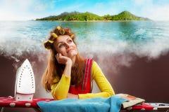 Glimlachende huisvrouw met strijkplank royalty-vrije stock fotografie