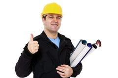 Glimlachende ingenieur met broodjes van document in hand makend o.k. teken Royalty-vrije Stock Foto