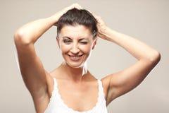 Glimlachende Italiaanse rijpe vrouw op grijs royalty-vrije stock foto