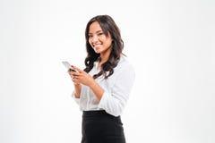 Glimlachende jonge Aziatische onderneemster die smartphone gebruiken royalty-vrije stock foto's