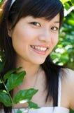 Glimlachende jonge Aziatische vrouw Royalty-vrije Stock Fotografie