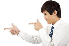 Glimlachende jonge bedrijfsmens die bij tegen whi richt Royalty-vrije Stock Afbeelding