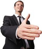 Glimlachende jonge bedrijfsmens die hand voor handdruk geven Stock Fotografie