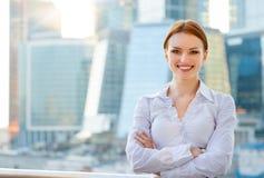 Glimlachende jonge bedrijfsvrouw Stock Foto's