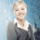 Glimlachende jonge bedrijfsvrouw Royalty-vrije Stock Afbeeldingen