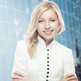 Glimlachende jonge bedrijfsvrouw Stock Afbeelding