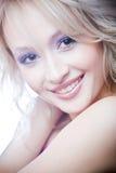 Glimlachende jonge blonde vrouw Royalty-vrije Stock Foto's