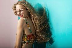 Glimlachende jonge blondevrouw met duidelijke huid royalty-vrije stock foto
