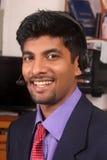 Glimlachende jonge call centrestafmedewerker met hoofdtelefoons Royalty-vrije Stock Foto's