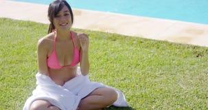 Glimlachende jonge die vrouw in een witte handdoek wordt verpakt stock videobeelden