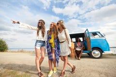 Glimlachende jonge hippievrienden dichtbij minivan auto Stock Fotografie