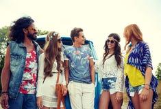 Glimlachende jonge hippievrienden over minivan auto Royalty-vrije Stock Foto