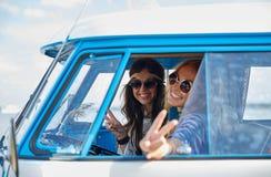 Glimlachende jonge hippievrouwen die minivan auto drijven Royalty-vrije Stock Afbeeldingen