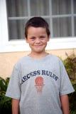 Glimlachende jonge jongen Stock Foto's