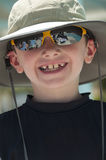 Glimlachende jonge jongen die een hoed dragen. Stock Fotografie