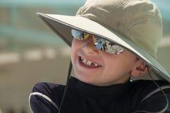 Glimlachende jonge jongen die een hoed dragen. Stock Afbeelding
