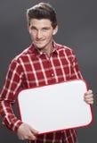 Glimlachende jonge mannelijke student voor baanonderzoek Stock Foto