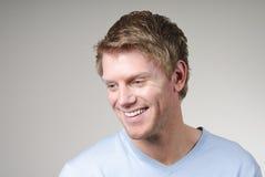 Glimlachende jonge mens Stock Foto