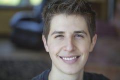 Glimlachende jonge mens Royalty-vrije Stock Foto