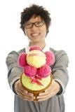 Glimlachende jonge mens die bloem geeft Royalty-vrije Stock Afbeeldingen