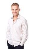 Glimlachende jonge mens die een wit die overhemd dragen op witte backgr wordt geïsoleerd stock afbeeldingen