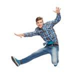 Glimlachende jonge mens die in lucht springen Royalty-vrije Stock Afbeelding