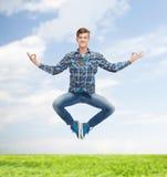 Glimlachende jonge mens die in lucht springen Royalty-vrije Stock Foto